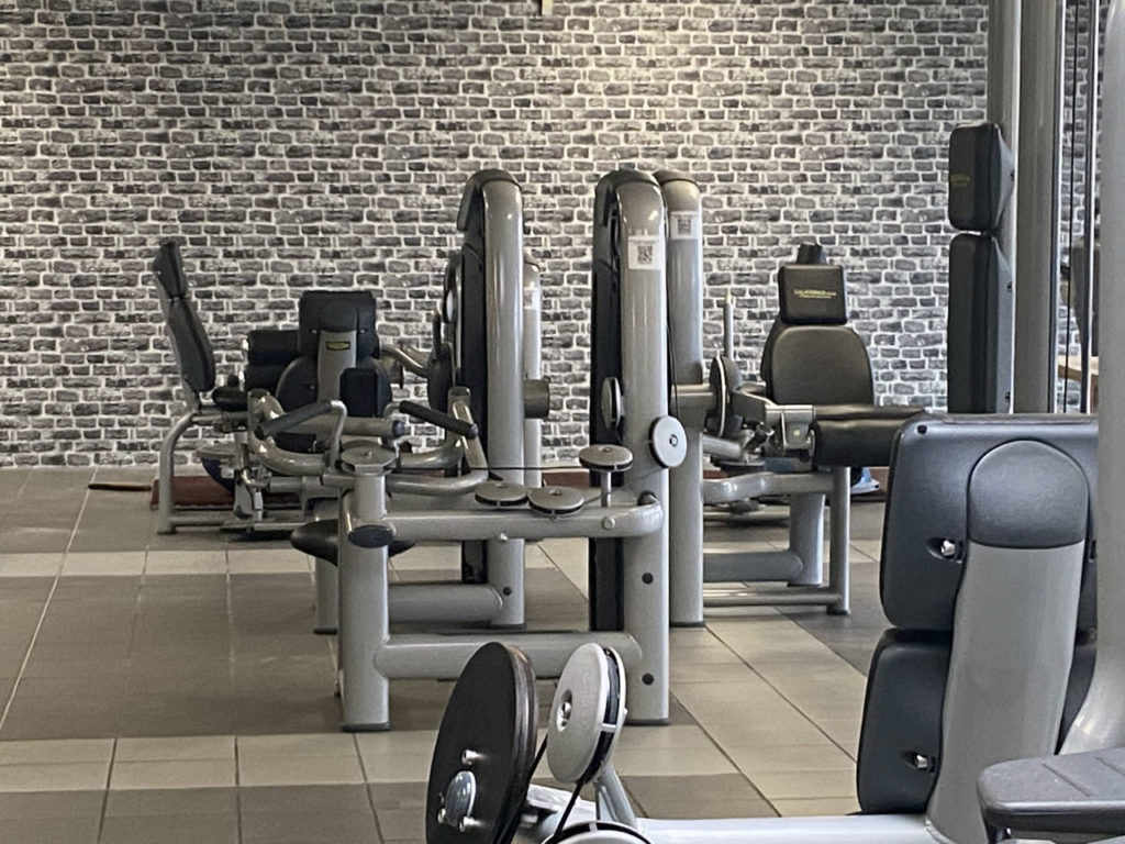 Faux mur en briques derrières des machines de musculation